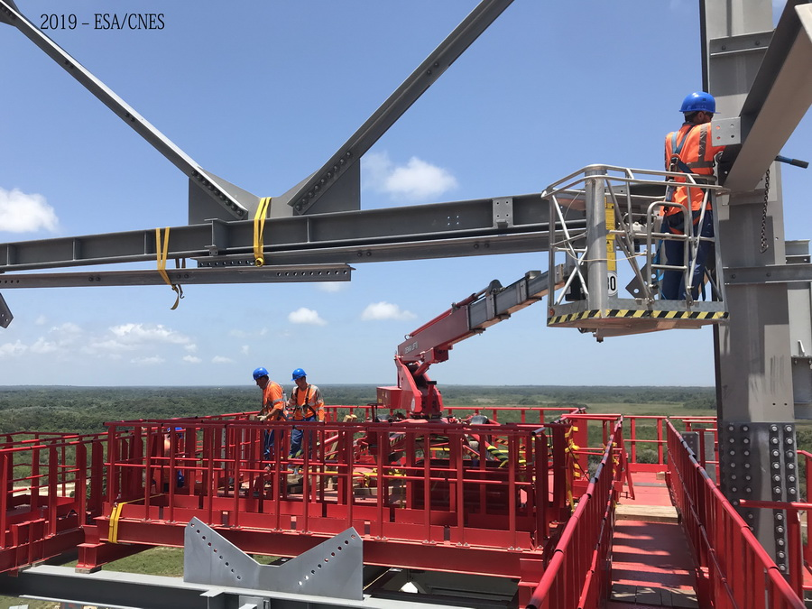 Sieben Denka-Lift DK18 helfen bei Bau von Raketen-Startrampe